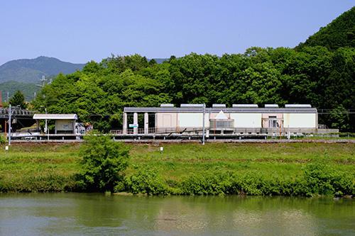 加古川対岸から見た「日本へそ公園駅」
