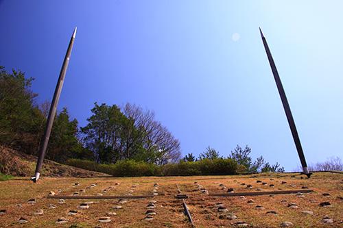 日本のへそモニュメントの中心の石が「もうひとつのへそ地点」