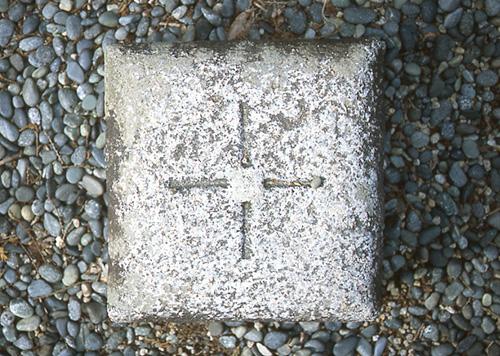 経緯度交差点を表すへそ石