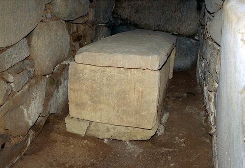 きつね塚古墳の石室内部にある石棺