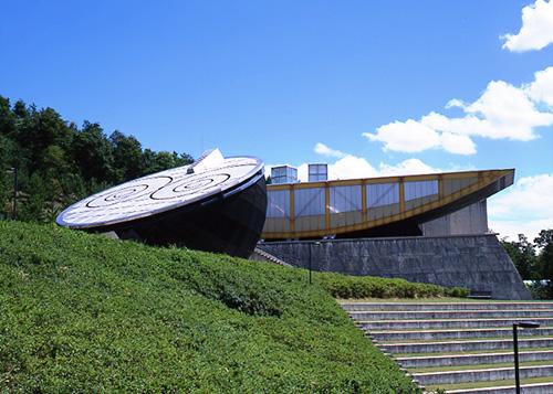 にしわき経緯度地球科学館テラ・ドームの「地球と月をイメージした建物」